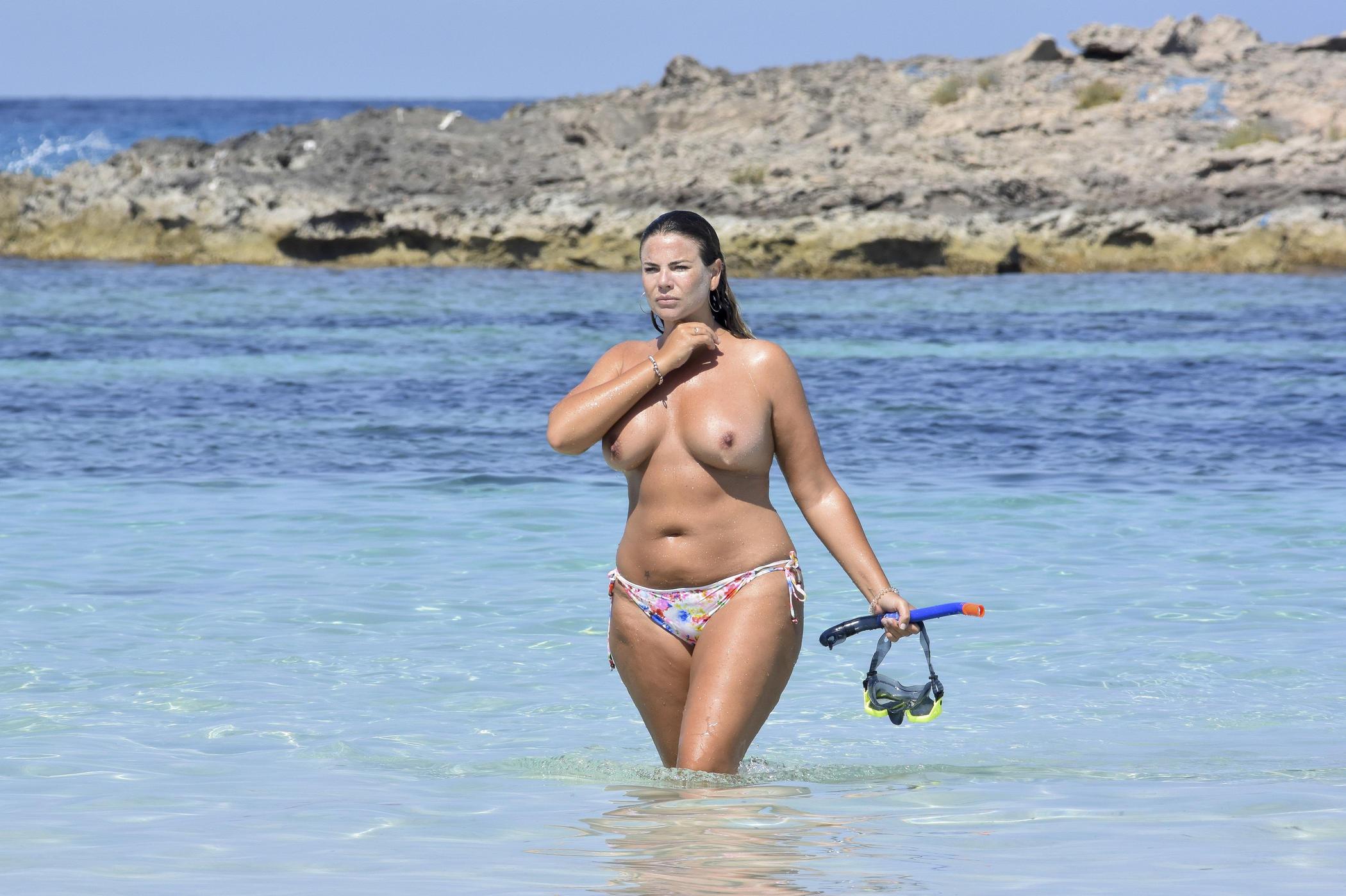 красавицы топлесс на пляже - 6